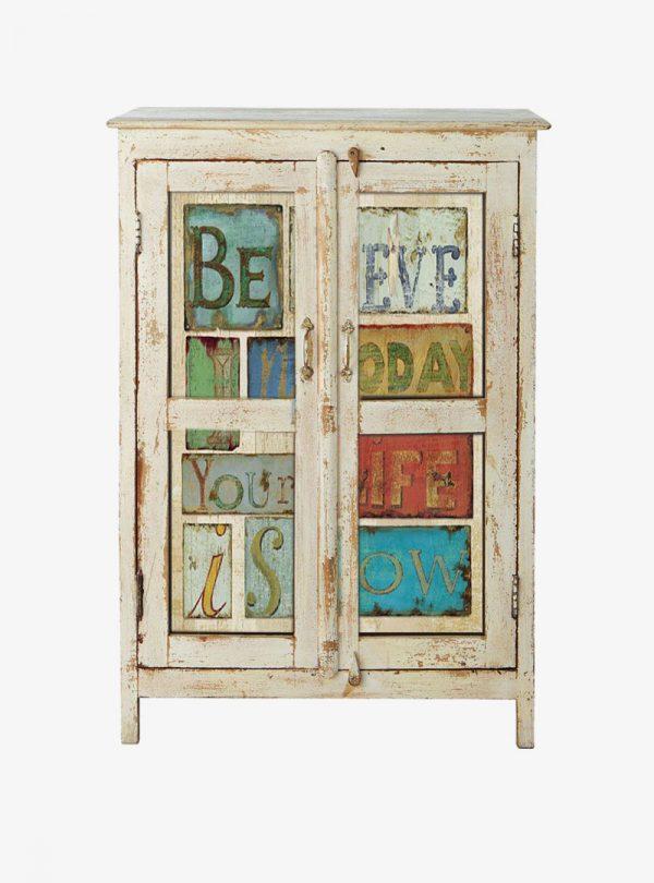 Antikolt üveges szekrény felirattal